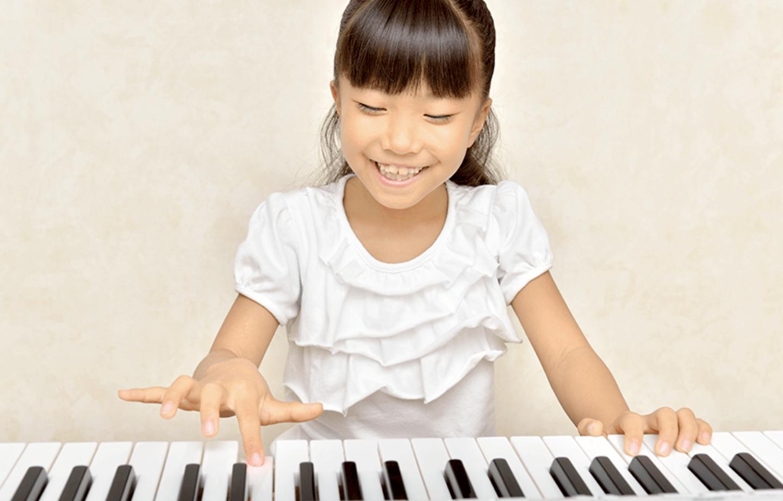 子供がピアノを弾いている写真