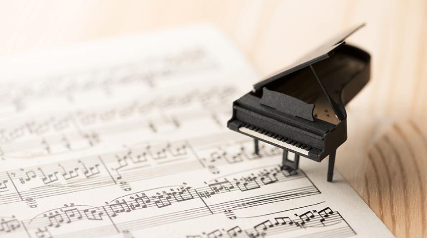 楽譜と小さなピアノの写真
